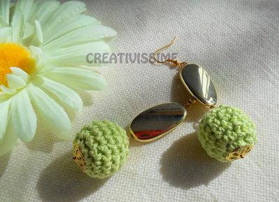 Orecchini a pallina all'uncinetto fatti a mano verde chiaro e oro