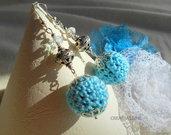 Orecchini a pallina all'uncinetto fatti a mano azzurro argento