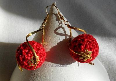 Orecchini a pallina all'uncinetto fatti a mano rosso lamè oro