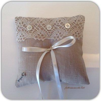 Cuscino porta fedi in lino grezzo con  pizzo e bottoncini di madreperla
