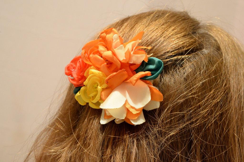 Fermaglio per capelli con fiori in tessuto gialli rossi e arancio