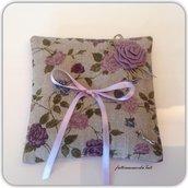 Cuscino porta fedi in lino grezzo con rose color lavanda