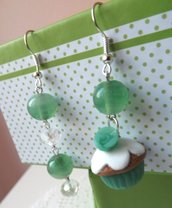 Orecchini con muffin in fimo,rosellina in resina e perle in vetro color verde idea regalo!!