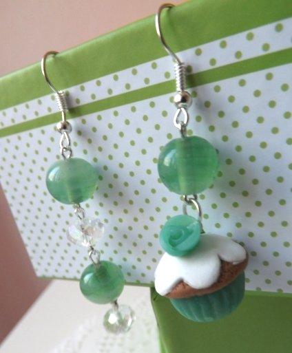 Orecchini con muffin in fimo,rosellina in resina e perle in vetro color verde idea regalo!!