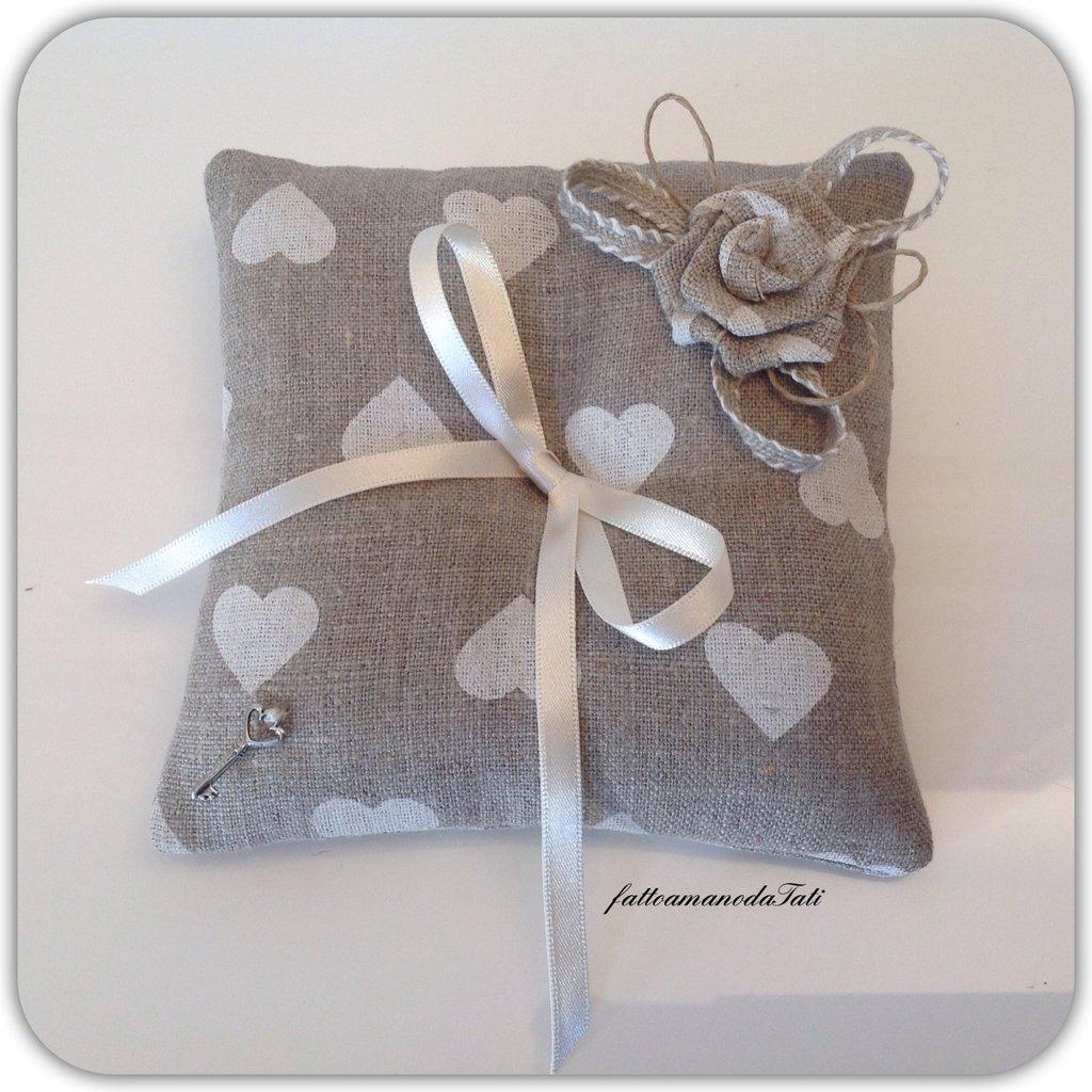 Cuscino porta fedi in lino a cuori con rosa