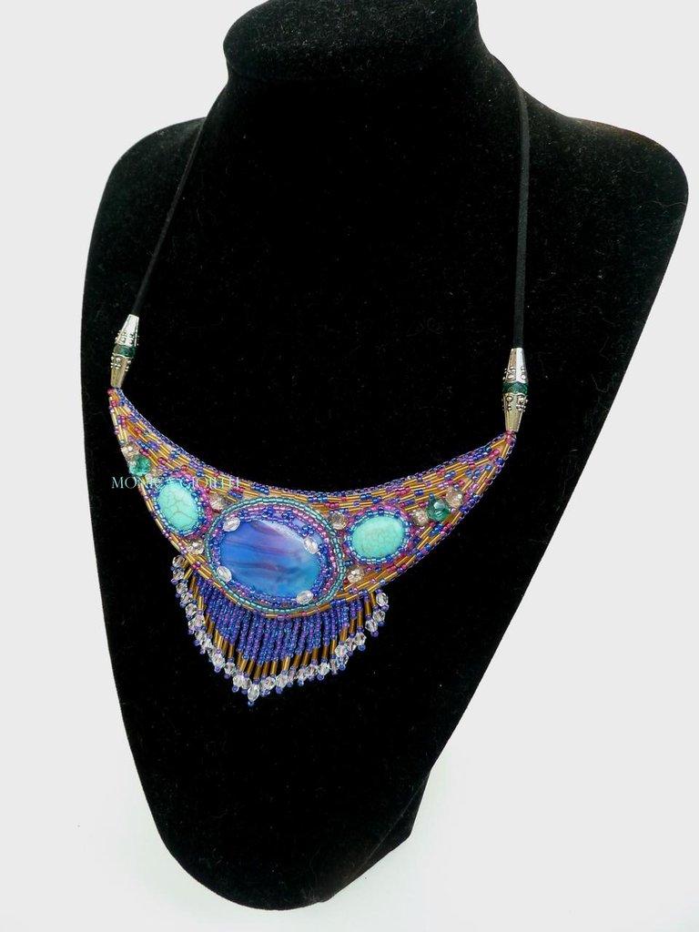 """Collana con pietre e perline fatta a mano con tecnica embroidery """"Giù nel mare blù"""""""