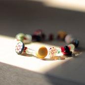 B34.14 - Bracciale elastico con perle e bottoni colorati