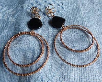 Orecchini fatti a mano in finissimo filo di bronzo e onice.