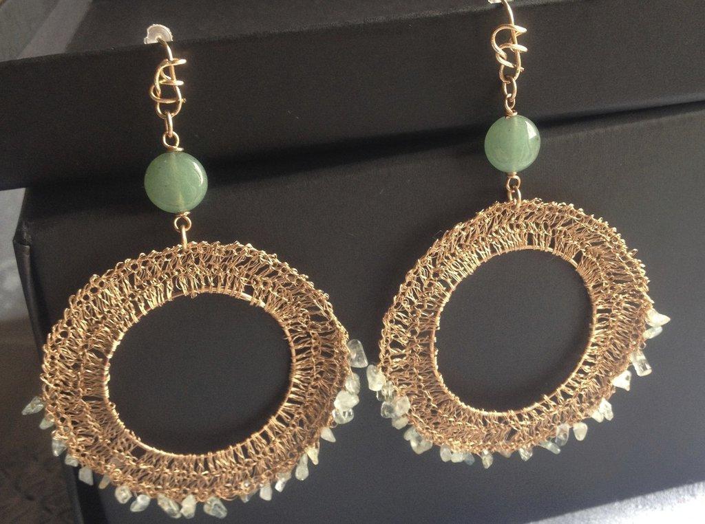 Orecchini fatti a mano in finissimo filo di bronzo, fluorite e giada.
