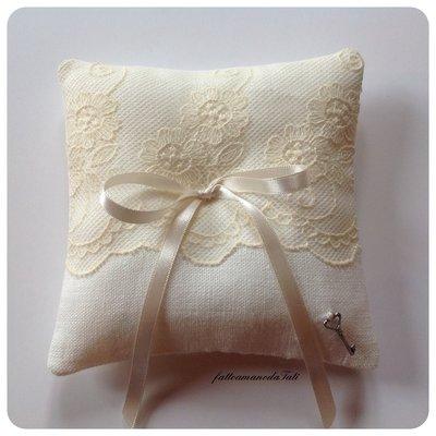 Cuscino porta fedi in lino bianco con pizzo