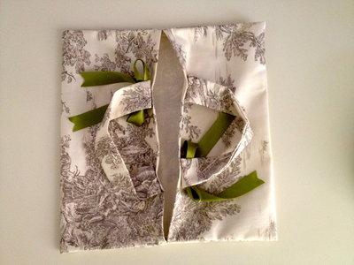 portadolce toile de jouy con fiocchi verdi in raso