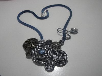 Collana con cordino in velluto azzurro e applicazioni di cerniere