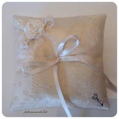 Cuscino porta fedi in seta avorio con rosellina di raso