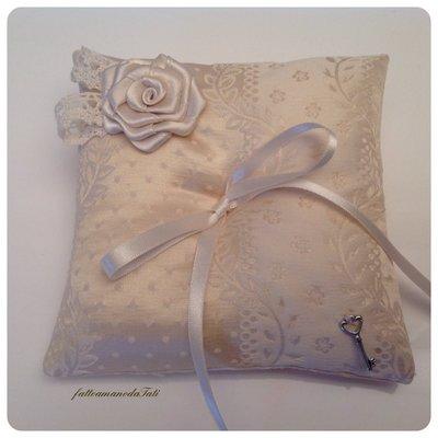 Cuscino porta fedi in seta con rosa di raso