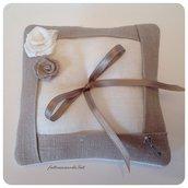 Cuscino porta fedi in lino bianco ed ecrù con due rose di lino