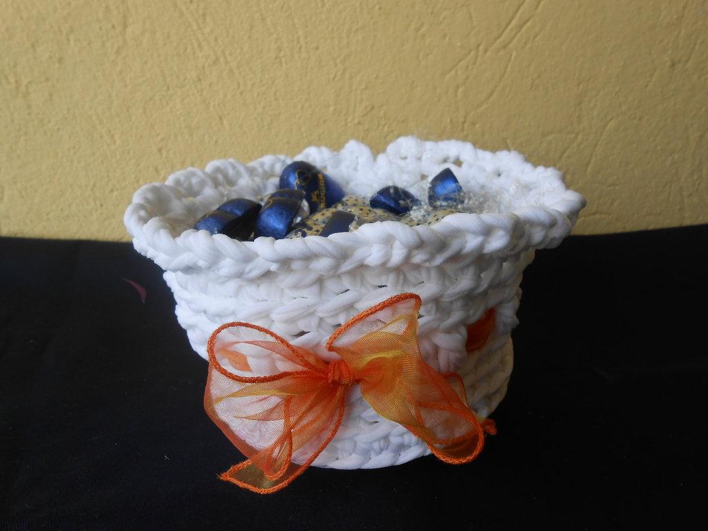 Cestino fatto a mano con fettuccia bianca e fiocco arancio , ideale per fare confezioni.
