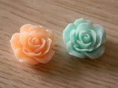 Set di tre rose in plastica con adesivo