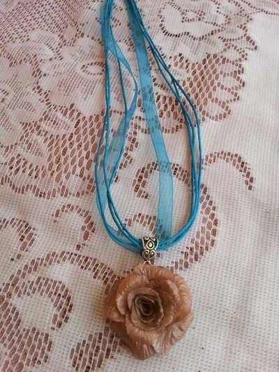 Collana con rosa beige in porcellana fredda-pasta di mais