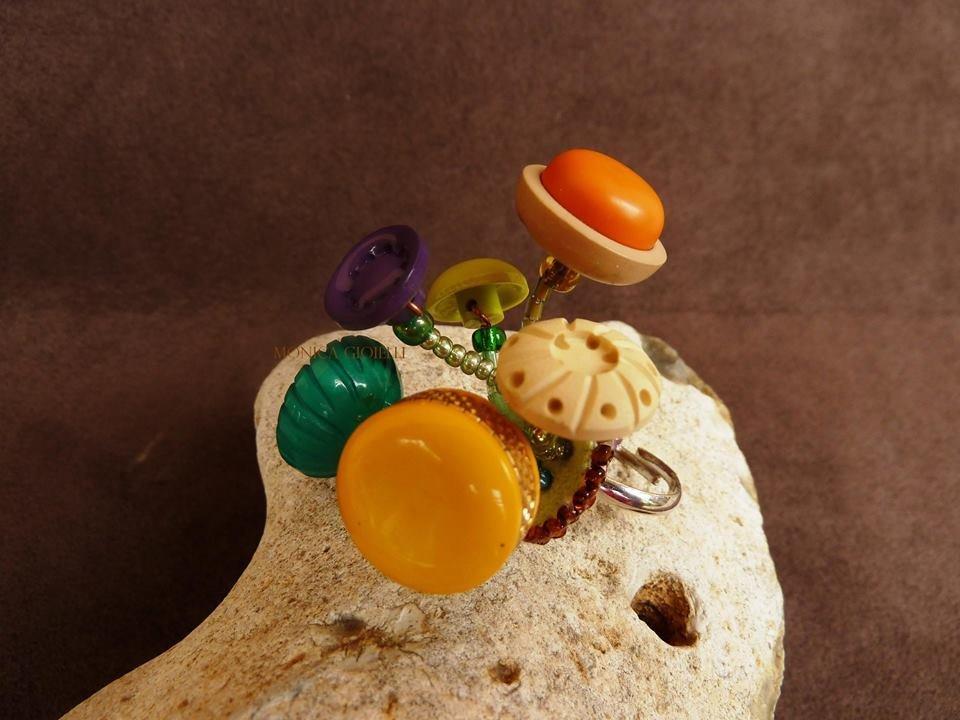 """Anello """"Thelma"""" con perline in vetro e bottoni."""