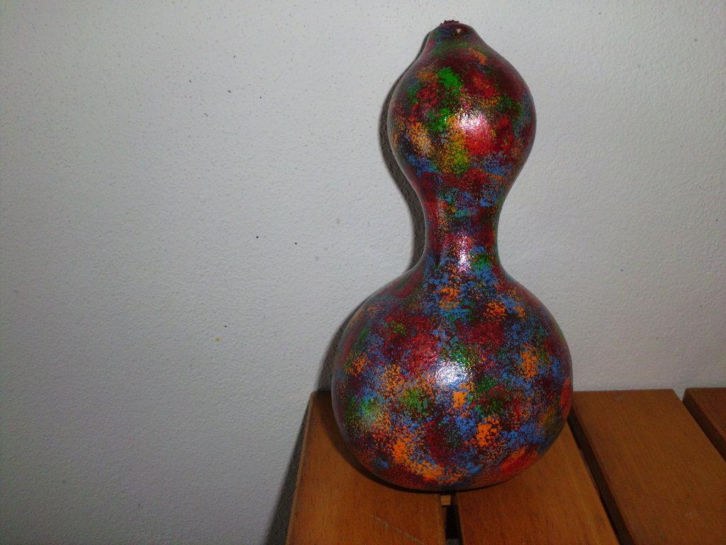 Fantastica zucca ornamentale decorata con colori acrilici