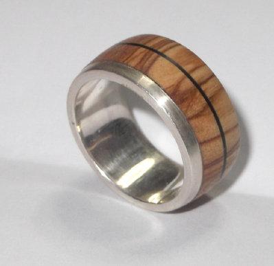 Anello d'argento 925 con legno di ulivo e triscia di legno scuro