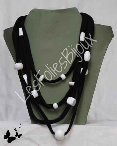 Collana nera con perle bianche di legno