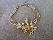 Collana con corallo , dettagli dorati , corda e perle .