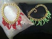 Collana con catena dorata e ciondoli corallo