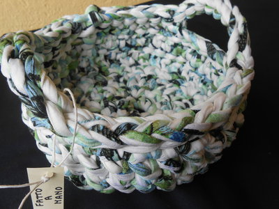 Cestino portatutto fatto a mano in fettuccia multicolore bianco verde celeste nero , idea regalo.