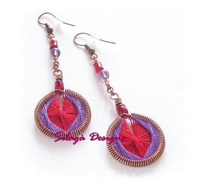 Orecchini pendenti con tessitura artigianale di fili di cotone, struttura e componenti in rame modellati a mano - modello Rubino, serie Filiformi.
