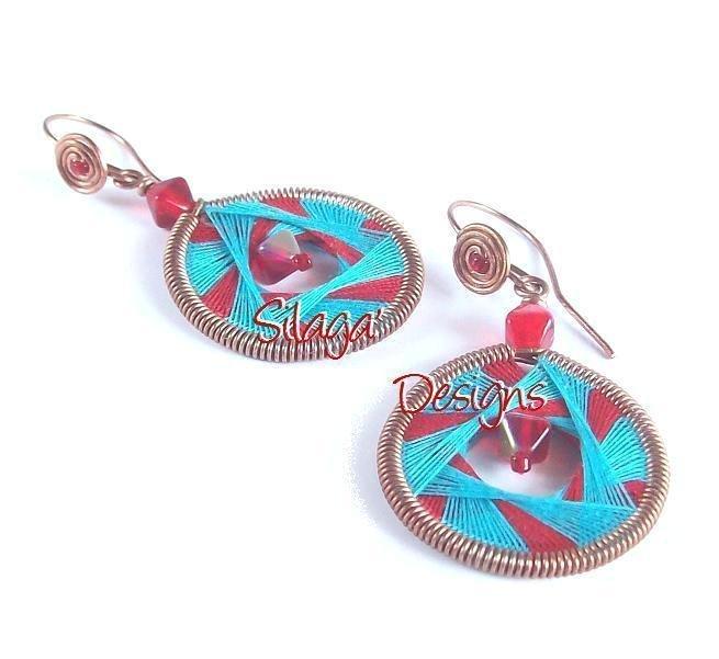 Orecchini realizzati a mano in rame e tessitura di fili di cotone rosso e azzurro, modello Cheyenne - serie Filiformi