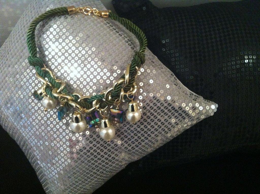 Collana perle bianche e verdi e corde intrecciate