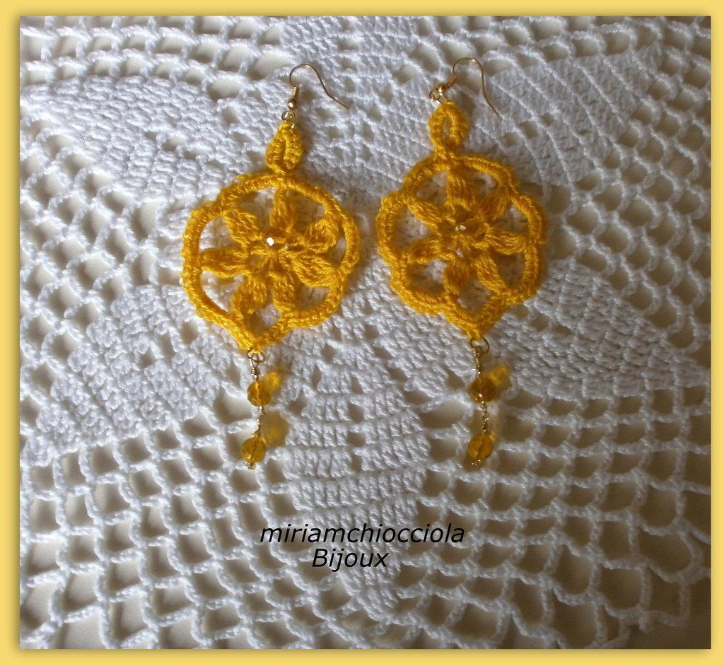orecchini gialli a crochet con pendente