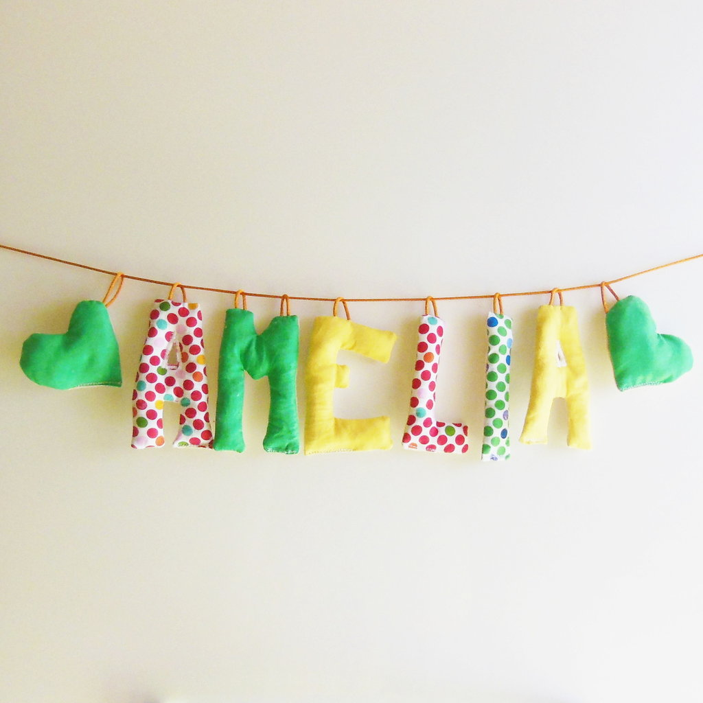 Ghirlanda di lettere di stoffa imbottite: una targa per nome originale e colorata!