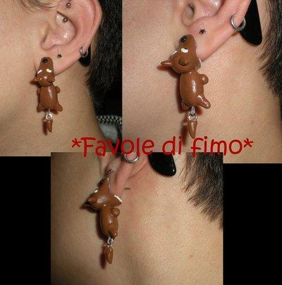 orecchini con cani che mordono il lobo