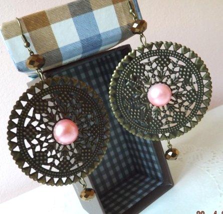 Orecchini grandi in filigrana per l'estate con cabochon in perla cerata e cristalli