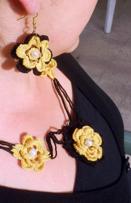 Collana roselline gialle con fondo nero