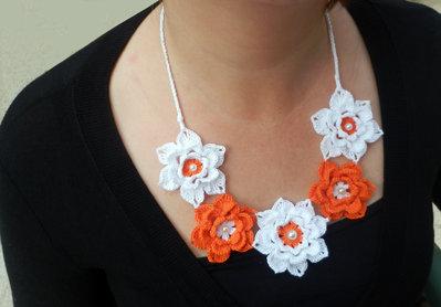 Collana roselline arancio e bianche