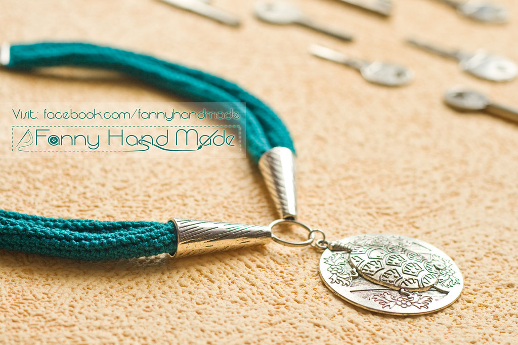 Collana in filo di Scozia verde smeraldo lavorata all'uncinetto - amigurumi