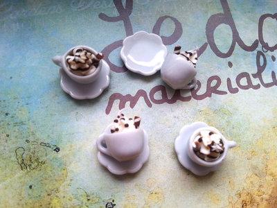 Tazzina e piattino miniatura, ciuffo di panna e cioccolato
