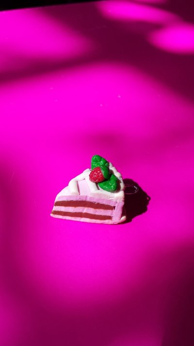 Torta farcita con panna cioccolato e fragola, orecchini pendenti in fimo fatti a mano.