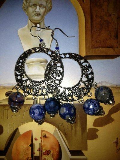 Orecchini cerchi lavorati con perle blu