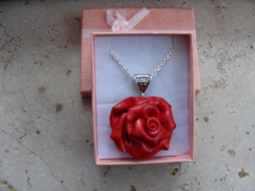 collana con ciondolo rosa rossa in fimo glitter