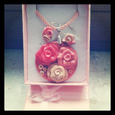 collana con medaglione di rose