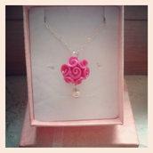 collana con ciondolo boccioli di rosa in fimo