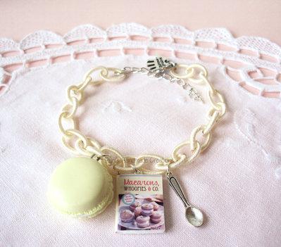 Bracciale macaron alla vaniglia e minilibro
