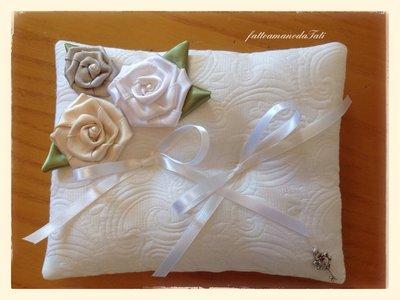 Cuscino porta fedi in cotone operato con tre rose di raso