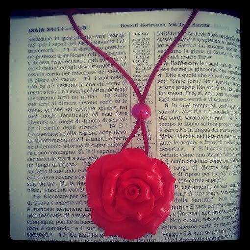 collana in cuoio sintentico con rosa rossa fimo