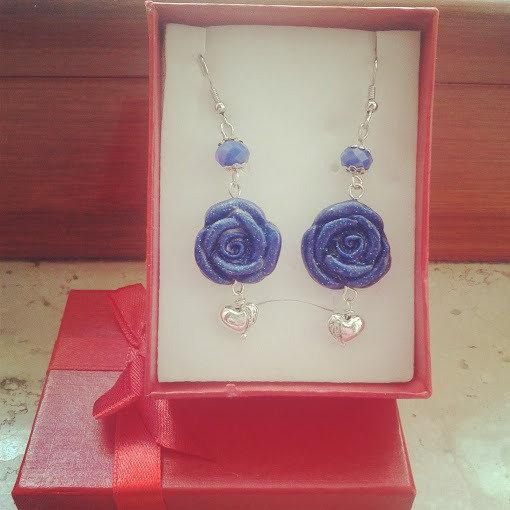 orecchini pendenti con rosa blu in fimo