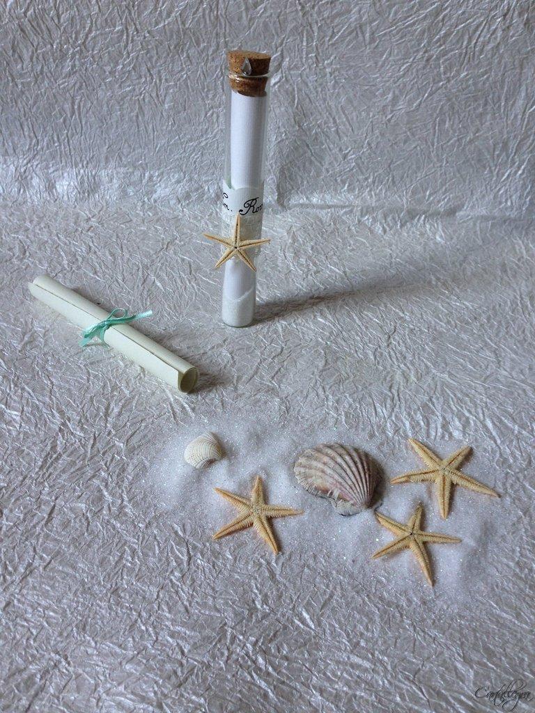 Partecipazioni stile marino profumata anticata arrotolata con nastro, in vetro con sabbia, strass e stella marina